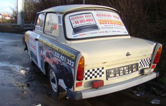 Pojazd czy reklama? Na zdjęciu trabant z ul. Jabłoniowej.
