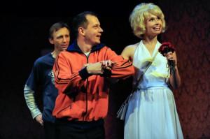"""Najstarszym spektaklem obecnym w repertuarze Teatru Wybrzeże są """"Zwyczajne szaleństwa"""" w reżyserii Krzysztofa Rekowskiego. To zarazem najdłużej grany spektakl teatralny w Trójmieście."""