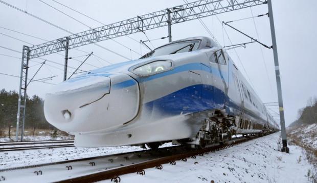 Pociąg Pendolino. Podczas jesiennych testów na Centralnej Magistrali Kolejowej nieopodal Pilicy pojechał  293 km/h. Jest to najwyższa prędkość, jaką osiągnięto w historii eksploatacji pociągów Pendolino na świecie i rekord prędkości na polskich torach kolejowych.