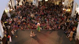Spektakl w Centrum Handlowym Riviera przyciągał tłum dzieci (i ich rodziców), które z uwagą śledziły akcję od początku do końca przedstawienia.