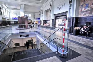 By znaleźć Teatr Gdynia Główna należy od strony głównego wejścia na dworzec skręcić w lewo i iść w kierunku przechowalni bagażu, schodząc po schodach w dół.
