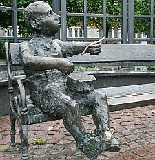 """Ławeczka została świetnie odebrana na placu Wybickiego we Wrzeszczu. Postawioną ją w hołdzie pisarzowi Gunterowi Grassowi, autorowi """"Blaszanego bębenka""""."""