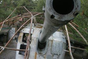Działo w BAS 13 w Helu, postawione na przedwojennym stanowisku, z oryginalnym parasolem maskującym.
