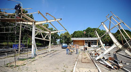 Demontaż pozostałości po stacji Orlenu już trwa.