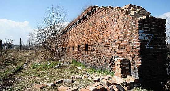 Spółka PKP ma wkrótce naprawić zabytkowy mur.
