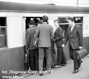 Tłum w SKM to nic nowego: pasażerowie ledwo mieścili się w kolejkach już w latach 70. Na zdjęciu pasażerowie na stacji SKM Przymorze w roku 1973 r.