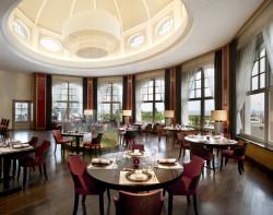 Eleganckie wnętrze restauracji InAzia zdecydowanie sprzyja romantycznym uniesieniom.