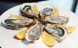 Ostrygi to jeden z najpopularniejszych afrodyzjaków. Znajdziemy je w większości walentynkowych menu trójmiejskich restauracji.
