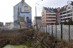 W dokumencie nie ujęto reklam w formie murali i graffiti. Nz. nieistniejąca już reklama Peweksu, która przetrwała zmiany gospodarcze i  istniała aż do czerwcu 2013 r.