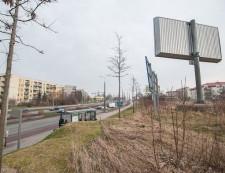 Działka leży tuż przy ul. Wielkopolskiej, skąd najłatwiej jest do niej dojechać.