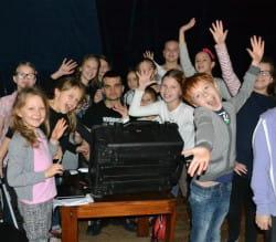 W trakcie zajęć teatralno-musicalowych dzieci uczą się nie tylko pracy na scenie. Także obserwują proces powstawania utworu muzycznego, uczą się przy tym jak pracować z mikrofonami, mikroportami i współpracować z realizatorem dźwięku.