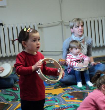 Nauka muzyki od najmłodszych lat doskonale wpływa na wszechstronny rozwój intelektualny i emocjonalny dziecka.