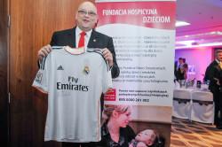 Maciej Dobrzyniecki prezentuje przekazaną przez ambasadora, Tomasza Arabskiego koszulkę z autografem Cristiano Ronaldo. Została wylicytowana za 10 tys. złotych.