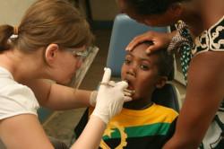 Mieszkańcy Madagaskaru mają spory problem z uzębieniem, dlatego potrzebni są m.in. wolontariusze z wykształceniem stomatologicznym.