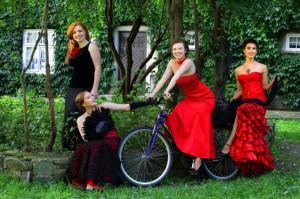 """Choć artyści dobierają repertuar """"pod publikę"""", starają się przemycić kompozycje, które sami uwielbiają: - Nasze muzyczne zainteresowania są różne. Jedna z koleżanek przemyca do repertuaru perełki muzyki dawnej, ja uwielbiam muzykę romantyczną - mówi Natalia Krajewska-Kitowska z zespołu Les Femmes, który 9 marca wystąpi w GTPS w Gdańsku."""