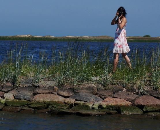 Kamienna grobla oddzielająca jezioro Ptasi Raj od Wisły Śmiałej to dobre miejsce na romantyczny spacer.