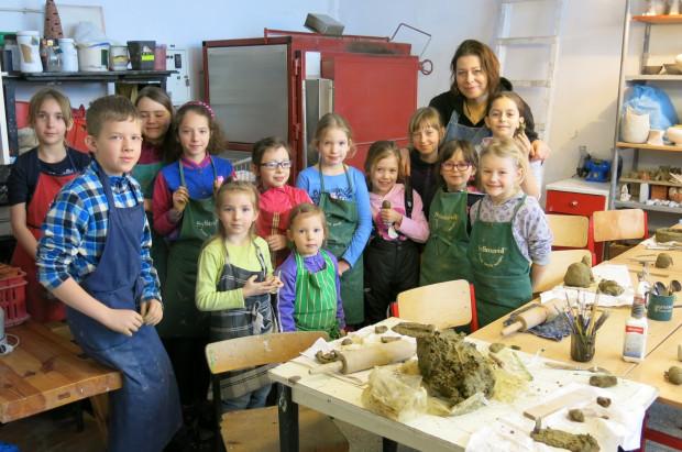 Podczas zajęć ceramiki dzieci poznają podstawowe zasady pracy w glinie, uczą się myślenia o formie i kolorze.