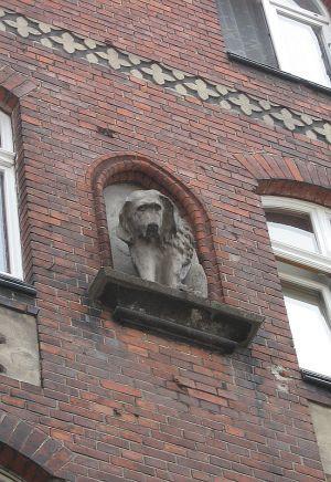 Na fasadzie budynku znajduje się figura psa, któremu legenda przypisuje  uratowanie mieszkającego w tym miejscu swojego pana.