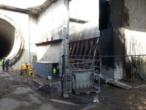 Po lewej stronie widać wykonany otwór tunelu. Po prawej wiercona nitka tunelu.