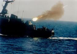 Strzelanie z rufowych działek na ORP Hutnik.