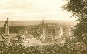 Zespół Politechniki od strony zachodniej ok. 1910 r. Przed zespołem Politechniki niezabudowane jeszcze łąki.
