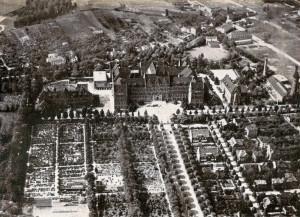 Politechnika od północy na fot. lotniczej z 1928 r. Przed uczelnią po lewej stronie cmentarze, po prawej zabudowa mieszkaniowa, w tym kolonia Abegga.