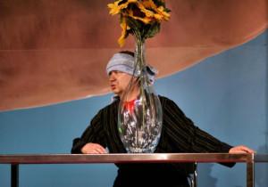 """W """"GŸupie Laokoona"""" w reż. J. Tumidajskiego Mirosław Baka zaskakuje jako zbolały, ale prześmieszny ojciec zbuntowanej Dzidki. Spektakl pokazany zostanie 13 i 14 marca o godz. 19 w Malarni Teatru Wybrzeże."""