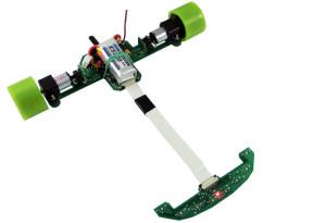 """Najlepsze """"linefollowery"""" są bardzo lekkie, posiadają mocne silniki i potrafią poruszać się z prędkością kilku metrów na sekundę. Roboty wyposażone są w czujniki optyczne, dzięki którym rozpoznają drogę. Na zdjęciu robot Lajt."""