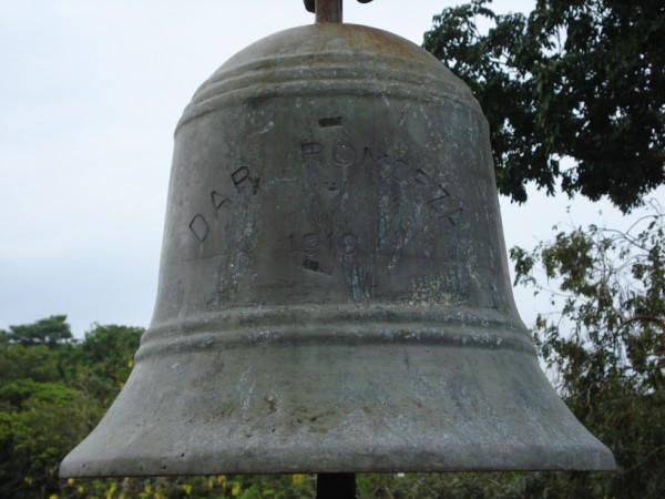 Litery na dzwonie zostały wyryte raczej po jego odlaniu.