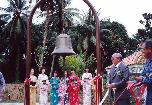 Na zdjęciu Hitomi-san (trzymający białą wstęgę), który kupił dzwon w Japonii i w 1992 roku przekazał go na wyspę Sentosa w Singapurze.