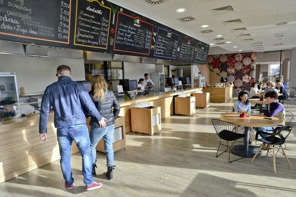 Bazar Smaków w biurowcu Alchemia serwuje kuchnię chińską, hinduską, polską i włoską.