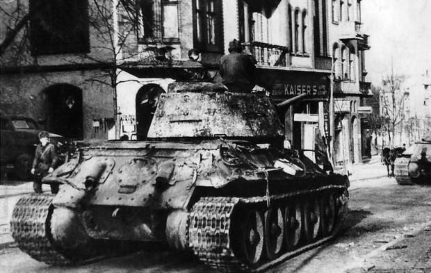 """Czołg T34-85 obok apteki """"Pod Orłem"""" na sopockim Monciaku. Zdjęcie zrobione 23 marca 1945 roku. Towarzystwo Przyjaciół Sopotu otrzymało je od jednego z rosyjskich pasjonatów historii."""