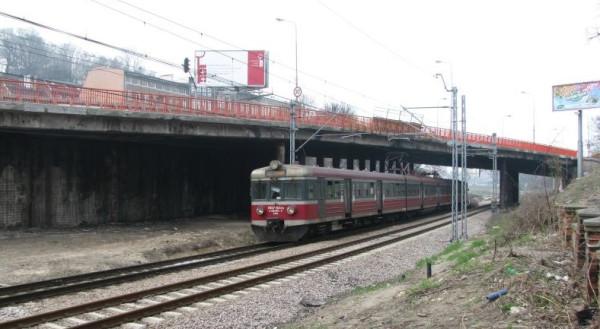 Wiadukt Biskupia Górka w Gdańsku. Widok z poziomu torowiska kolejowego.