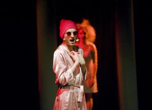 """Każda kreacja Piotra Kosewskiego (reżysera i aktora """"Medei..."""") wnosi spore ożywienie do spektaklu. Na zdjęciu podczas wykonywania popisowego """"Jam jest Kreon wspaniały""""."""