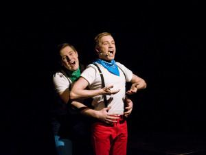 """Bardzo udane wejście w spektakl mają Mateusz Dzierżawski (po lewej) i Paweł Pochyluk, jako tytułowe """"Kazirodki"""" - zakochani w matce synowie Medei."""