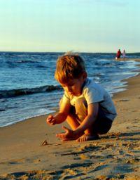 Pięciolatek w skupieniu przygląda się światu