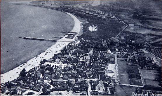 """Panorama Brzeźna z lat 30. XX wieku. Napis na widokówce reklamuje je jako """"Kąpielisko Brzeźno nad Morzem Bałtyckim""""."""
