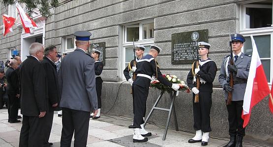 Odsłonięcie tablic na budynku Komendy Miejskiej Policji w Gdańsku miało uroczystą oprawę.