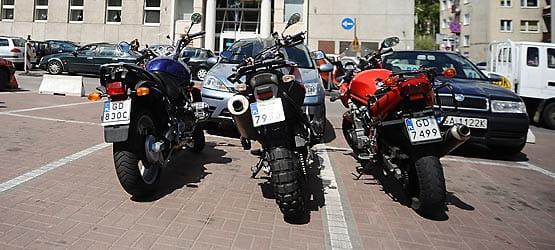 Motocykliści starali się pokazać urzędnikom, że na jednym miejscu zmieści się więcej niż jeden pojazd.