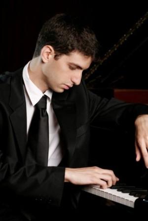 Izraelski pianista Ishay Shayer wykona kompozycje Schumanna, Bacha, Brahmsa, Ravela, Musorgskiego oraz Bartöka 8 kwietnia w Filharmonii Bałtyckiej.