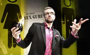 """Tomasz Kot w 247 praktycznych uwagach opowiada o seksie i jego jakości. Czy spektakl """"Jak zostać sex guru w 247 prostych krokach"""" może odmienić życie erotyczne przekonać się można 6 czerwca w Teatrze Muzycznym w Gdyni."""