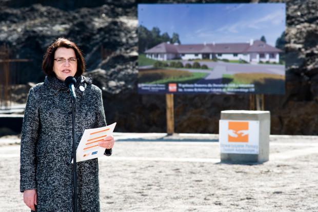 Małgorzata Rybicka, wdowa po Aramie, podczas wmurowania kamienia węgielnego pod budowę pierwszego państwowego, całodobowego domu dla dorosłych z autyzmem w Gdańsku.