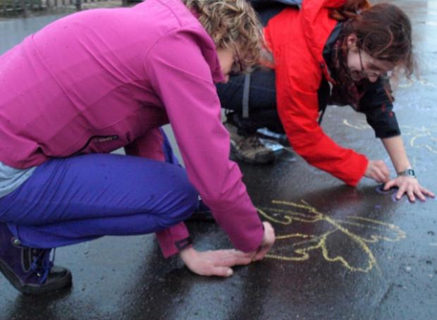 Jedno z zadań polegało na odrysowaniu kredą dłoni w taki sposób, by ułożyć nazwę odgadniętej ulicy.