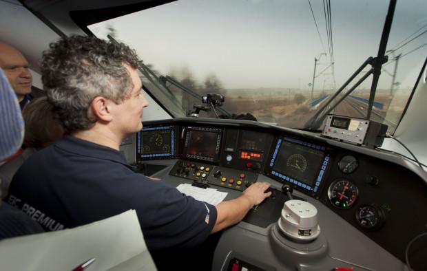 Kabina pociągu Pendolino podczas jazdy testowej. Na liczniku po prawej stronie pulpitu widać osiągniętą prędkość: 291 km/h.