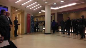Usytuowanie baru pomiędzy szatnią a głównym wejściem na salę koncertową wzbudziło wśród publiczności mieszane uczucia.