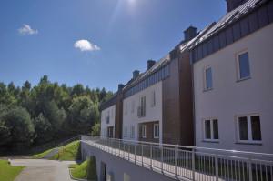 Osiedle Łanowa I. Zielone, naturalne otoczenie jest doskonałym tłem dla budynków kompleksu mieszkaniowego.