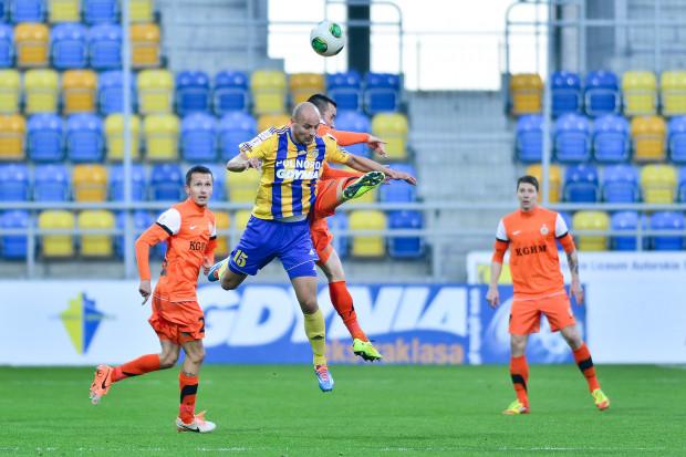 Paweł Sikora w meczu z Zagłębiem Lubin rotował składem, wycofując stopniowo z placu gry najbardziej doświadczonych piłkarzy. Po przerwie kapitanem Arki był Radosław Pruchnik (nr 15).