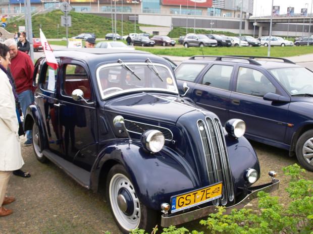 """Zlot klasycznych aut i spotkanie ich miłośników przed Ergo Areną były nieoficjalnym rozpoczęciem """"klasycznego"""" sezonu motoryzacyjnego w Trójmieście."""