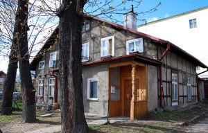 """Na domu przy ul. Oliwskiej 22 widać wyblakłe litery po szyldzie baru, zwanego przez mieszkańców Nowego Portu """"Pod nurkiem""""."""