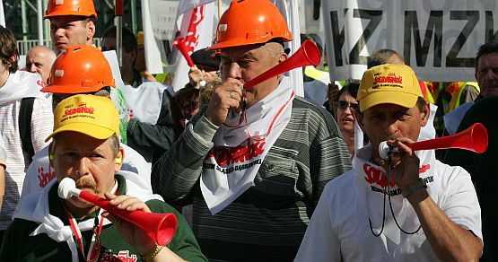 Związkowcy podczas ulicznej demonstracji.